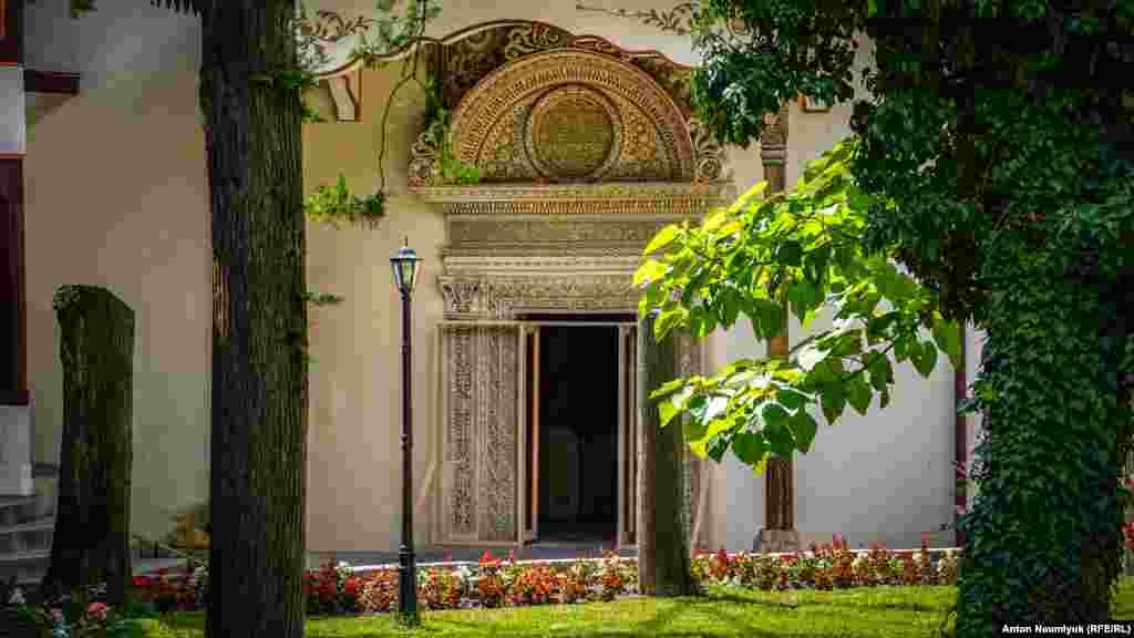 Портал Демир-Капу («железная дверь»), ворота в основном корпусе Ханского дворца