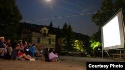 """Патувачко кино на Меѓународниот фестивал на креативен документарен филм """"МакеДокс"""" ја обиколи Преспа. Проекција во Стење."""