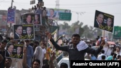 """Mbështetësit e Nawaz Sharifit gjatë një tubimi të pardjeshëm në kuadër të """"karvanit të demokracisë"""""""