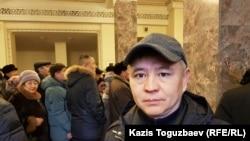 Гражданский активист Мухтар Тайжан на панихиде по политику Серикболсыну Абдильдину. Алматы, 3 января 2020 года.