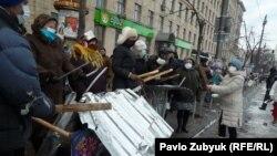 Вооруженные палками протестующие стоят напротив сотрудников спецподразделений милиции. Киев, 20 января 2014 года.
