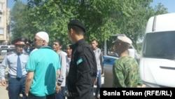 Атырау көшелеріндегі полиция мен тұрғындар. 21 мамыр 2016 жыл.