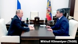Владимир Путин (слева) назначил Казбека Кокова врио главы КБР в сентябре 2018 г.