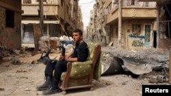 Սիրիացի ընդդիմադիր զինյալը Դեիր էլ-Զորի փողոցներից մեկում, ապրիլ, 2013թ.