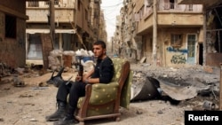 Сириялық көтерілісші қақтығыстан кейін демалып отыр. 2 сәуір 2013 жыл