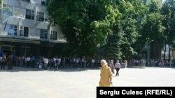 """Coadă la o secţie de votare din Chişinău. Liceul """"Gh. Asachi"""", 26 mai 2019"""