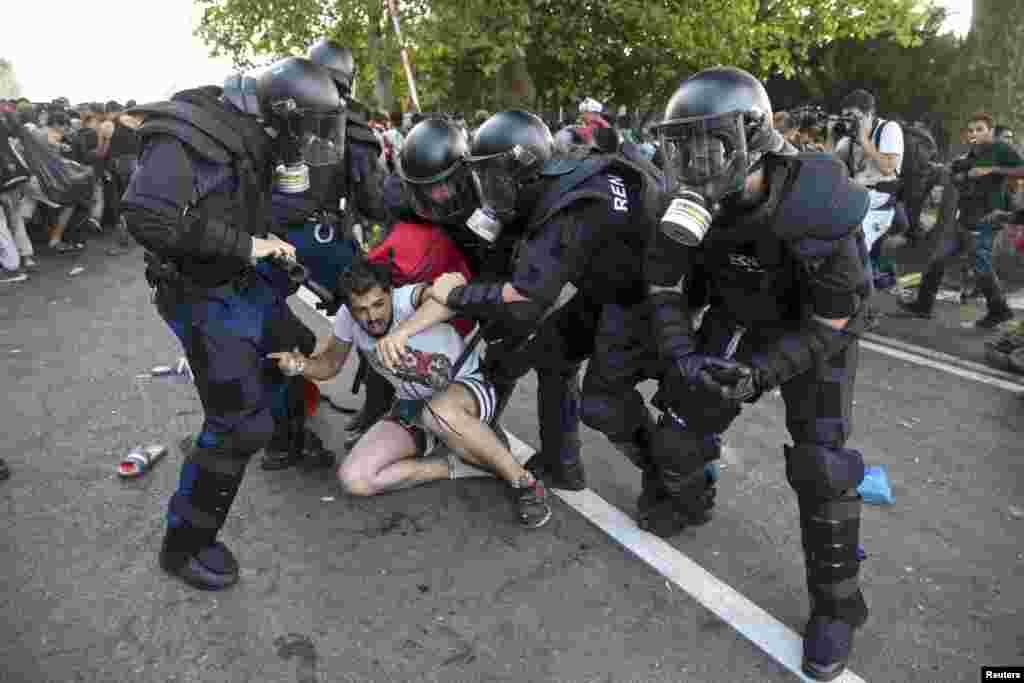 Венгерская полиция сражается с нелегальными мигрантами на границе с Сербией. 16 сентября