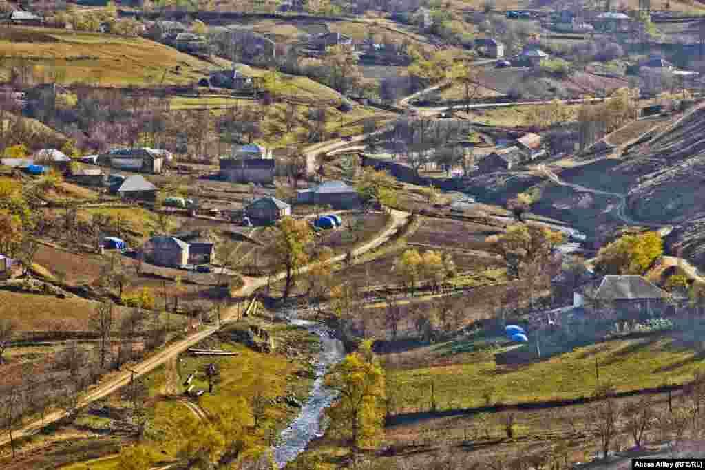 Gədəbəyin Ermənistanla sərhəd hissəsində yerləşən Çayrəsullu kəndinin payız görüntüləri.