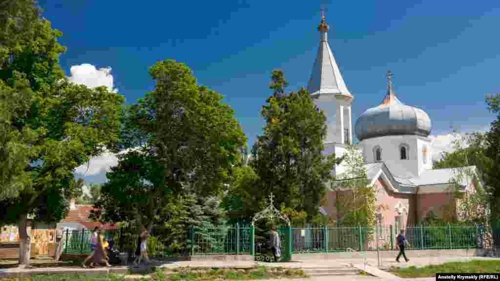 Церква Миколи Чудотворця – чи не головна історична пам'ятка Зуї. Її почали зводити в 1834 році, а через 44 роки розібрали. Нову церкву, яка стоїть досі, відбудували на місці старої у 1884 році. У радянський період її використовували як склад, спортзал і бібліотеку, а вже за незалежної України церкву передали УПЦ (МП)