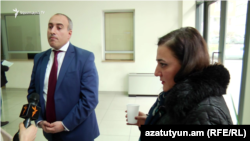 Замминистра и Заруи Меджлумян в фойе Минюста, Ереван, 1 февраля 2019 г.