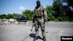 Краматорскіде жүрген ресейшіл сепаратист. Украина, 4 маусым 2014 жыл.