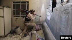Սիրիացի ապստամբը Դամասկոսի Մլեհա արվարձանի կիսավեր շենքում, հունվար, 2013թ.