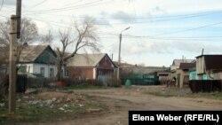 Улица в частном секторе Темиртау, где нет централизованного водоснабжения. 19 апреля 2012 года.