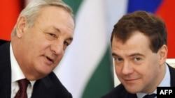 Де-факто президент Абхазии Сергей Багапш (слева) и президент России Дмитрий Медведев