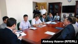 Встреча гражданских активистов в акимате Алматы с чиновниками, представителями компании «Кокжайляу» и Иле-Алатауского национального природного парка. Алматы, 20 августа 2015 года.