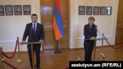 Вице-спикеры парламентов Армении и Германии Эдуард Шармазанов и Эдельгард Бульмахн в ходе совместного брифинга, Ереван, 24 мая 2016 г․