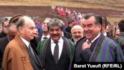 Тәжікстан президенті Эмомали Рахмон (оң жақта) мен ханзада Ага Хан. Тәжік-ауған шекарасы, 1 қараша 2011 жыл.