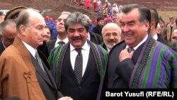 Aga Han (çepde) we Täjigistanyň prezidenti Emomali Rahmon. Täjigistan. 2011 ý.