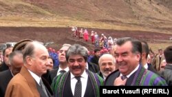 Эмомали Рахмон и принц Агахан на церемонии закладки первого камня в фундамент одного из мостов на реке Пяндж