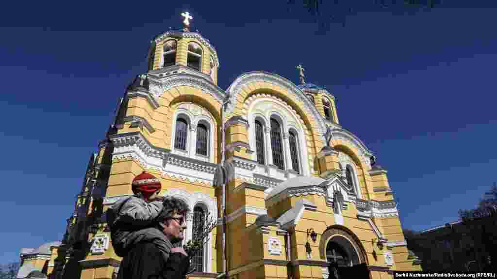 Верба у восточных славян символизирует добродетель, обновление, новую жизнь.