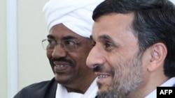 محمود احمدی نژاد در کنار عمر البشیر،رئیس جمهور سودان