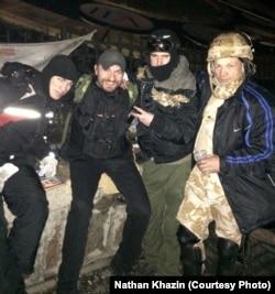 Натан Хазін (другий зліва) разом з іншими майданівцями під час Революції гідності