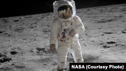 Астронавт Базз Олдрин на Луне.