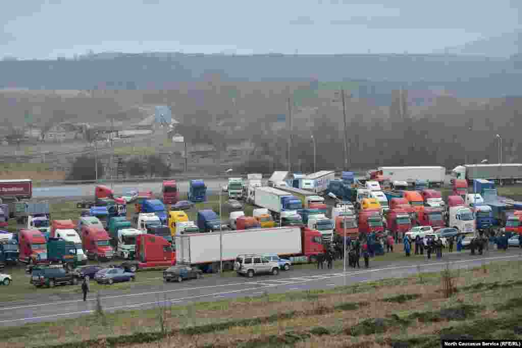 Участники протеста говорят, что приостановят все транспортные перевозки как минимум на две недели.