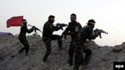 Рамади қаласы маңында содырлармен соғысып жатқан шиит жасақары. Ирак, 20 мамыр 2015 жыл.