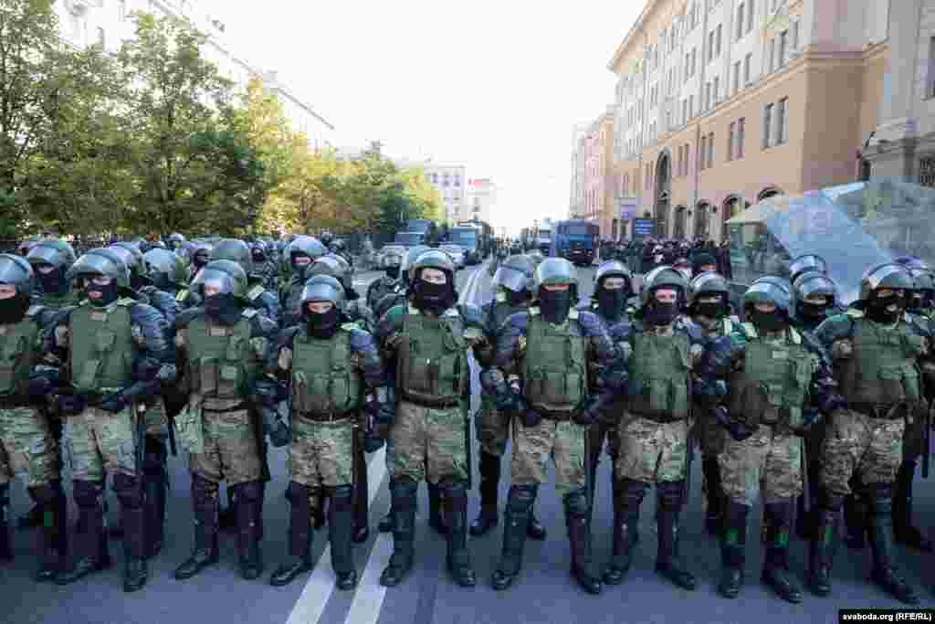 Сілавікі перакрылі вуліцу Леніна на рагу з Нацбанкам Беларусі