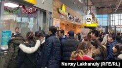 Bek Air компаниясынан билет алған отыз шақты студент үйлеріне қайта алмай отырғанына шағымданады. Алматы, 28 желтоқсан 2019 жыл.