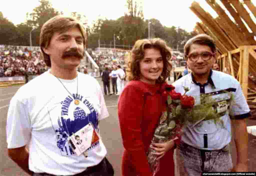 Співачка Марія Бурмака під час першого фестивалю «Червона рута». Вона разом із Василем Жданкіним відзначились на фестивалі, зокрема й тим, що зі сцени висловили протест проти дій міліції. Міліція затримувала дівчат-львів'янок, які були у синьо-жовтому вбранні