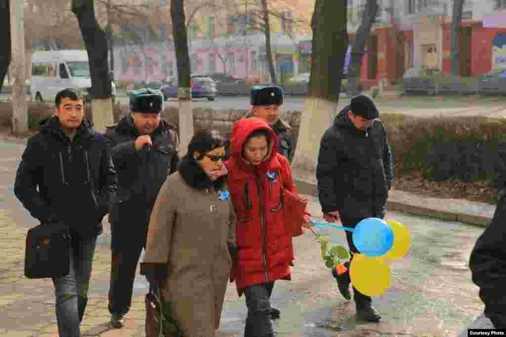 """Иш-чараны """"Бир дүйнө Кыргызстан"""", """"Кылым шамы"""" бейөкмөт уюму, Сөз эркиндигин коргоо комитети жана башка жарандык активисттер уюштурду."""