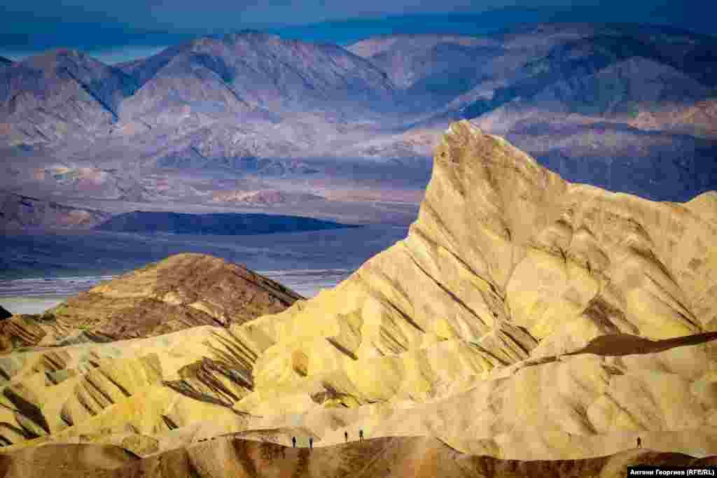 Забриски Пойнт, Калифорния. Може би най-култовата локация в Долината на смъртта в Калифорния. Забриски пойнт носи името на директора на Тихоокеанската компания за добив на боракс от началото на ХХ в. Става световно известна в края на 1960-те поради едноименния филм на Микеланджело Антониони.