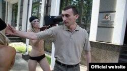 """Неизвестный, набросившийся на членов женской организации """"Фемен"""". Киев, 18 июля 2011 года."""