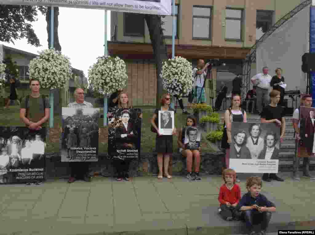 С этими фотографиями молодые люди пройдут до места расстрела