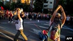 """Učesnici """"Šarene revolucije"""" na jednom od skupova u Skoplju"""