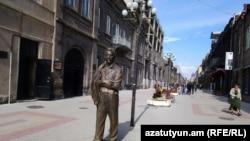Armenia - The statute of the late U.S.-Armenian billionaire and philanthropist Kirk Kerkorian on a street in Gyumri, October 21, 2018.