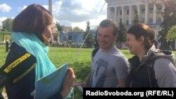 Заступник міністра охорони здоров'я України Ольга Стефанишина (ліворуч) розповідає про вакцинацію під час акції «Батьки-супергерої» в Києві
