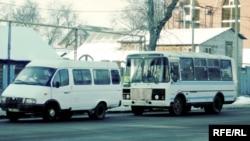 Қала ішінде жолаушы тасымалдайтын автобустар. Орал, БҚО, 3 ақпан 2009 ж.