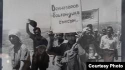 Аксыдагы демонстранттар, март, 2002-жыл.