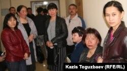 Бұрынғы балабақша ғимараты жатақханаға айналған. Жатақхана тұрғындары сотқа келіп тұр. Алматы, 7 сәуір 2011 жыл.