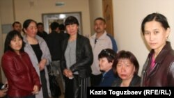 Граждане, проживающие в здании бывшего детского садика, в суде. Вторая справа - общественная активистка Гуля Тусупбаева. Алматы, 7 апреля 2011 года.