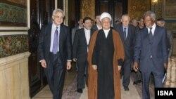 کوفی عنان (راست)٬ ارنستو سِدیو (چپ) و مارتی آهتیساری (ردیف پشت٬ راست) در دیدار با اکبر هاشمی رفسنجانی- ۷ بهمن ۱۳۹۲