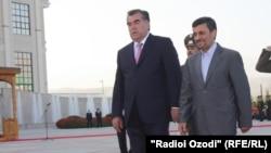 Президент Таджикистана Эмомали Рахмон (слева) и президент Ирана Махмуд Ахмадинежад (справа). Душанбе, 4 сентября 2011 года.
