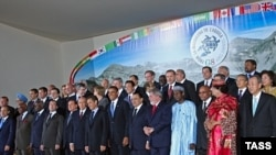 G8 leaders pose with African and other world leader in L'Aquila.