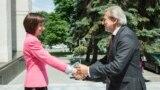 Comisarul european Johanes Hahn, salutat de şefa Guvernului Maia Sandu