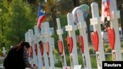Кресты, выставленные в память о погибших в Орландо (штат Флорида).