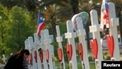 Кресты, выставленные в память о погибших в Орландо (штат Флорида)
