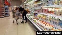 В молочном отделе магазина в Москве